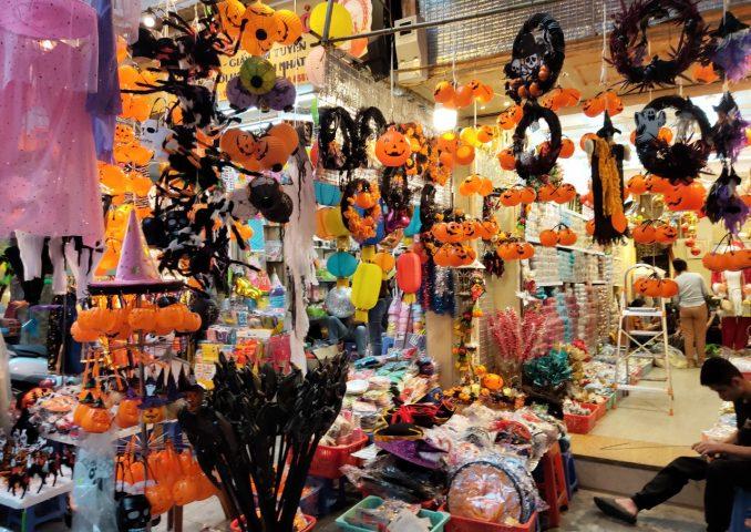 cửa-hàng-bán-phụ-kiện-trang-trí-Halloween (1)